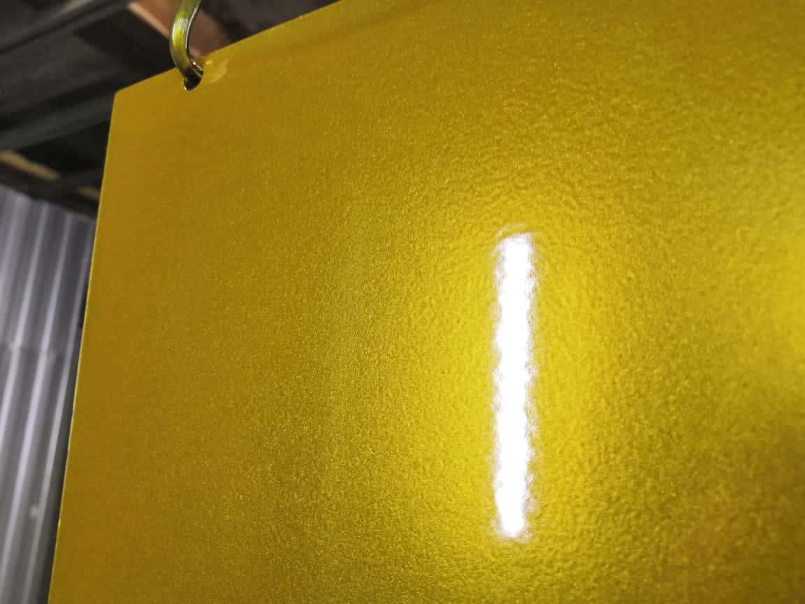 Золотой цвет покрытый лаком